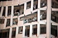 地震で倒壊の危険があるために住民や職員が避難し、空になった被災した宇土市役所庁舎。4階天井部が大きく曲がり、つぶれている=熊本県宇土市で2016年4月16日午前4時39分、高尾具成撮影