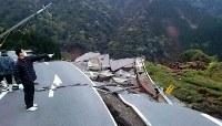 崩落した道路=熊本県南阿蘇村立野付近で2016年4月16日午前5時50分、野呂賢治撮影