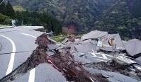 地震で崩落した道路=熊本県南阿蘇村立野付近で2016年4月16日午前5時50分、野呂賢治撮影