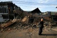 未明から続く地震で新たに倒壊した家屋を見て嘆く男性=熊本県益城町で2016年4月16日午前6時57分、森田剛史撮影
