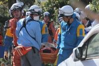 倒壊した家屋から救出される女性=熊本県益城町で2016年4月16日午前8時47分、宮武祐希撮影