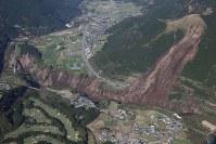 地震で起きた大規模な土砂崩れ=熊本県南阿蘇村で2016年4月16日午前8時53分、本社機「希望」から梅村直承撮影