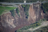 地震で起きた大規模な土砂崩れ=熊本県南阿蘇村で2016年4月16日午前8時51分、本社機「希望」から梅村直承撮影