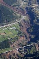 地震で起きた大規模な土砂崩れ=熊本県南阿蘇村で2016年4月16日午前8時50分、本社機「希望」から梅村直承撮影