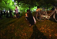強い揺れに公園に避難し、しゃがみ込む女性=熊本市中央区で2016年4月16日午前2時11分、久保玲撮影