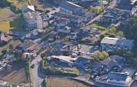 あちこちに見られる倒壊した家屋=熊本県南阿蘇村で2016年4月16日午前7時28分、本社ヘリから矢頭智剛撮影