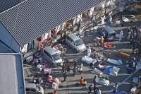 地震で1階部分が倒壊した建物=熊本県南阿蘇村で2016年4月16日午前7時29分、本社ヘリから矢頭智剛撮影