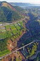 地震で大規模に崩落した現場=熊本県南阿蘇村で2016年4月16日午前7時24分、本社ヘリから矢頭智剛撮影