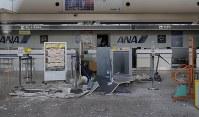 未明の大きな揺れで天井からパネルが落下した熊本空港のターミナルビル=熊本県益城町で2016年4月16日午前7時28分、三村政司撮影