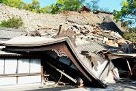 地震で崩れた石垣にのまれた熊本大神宮=熊本市中央区で2016年4月16日午前7時44分、須賀川理撮影