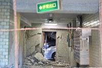 地震で一階部分が大きく崩れたマンション=熊本市西区で2016年4月16日午前7時22分、須賀川理撮影