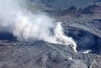 噴煙を上げる阿蘇山=熊本県阿蘇村で2016年4月16日午前8時41分、本社機「希望」から梅村直承撮影