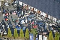 救助活動が続く東海大阿蘇キャンパスそばのアパート=熊本県南阿蘇村で2016年4月16日午前7時29分、本社ヘリから矢頭智剛撮影