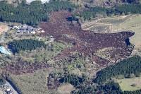 南阿蘇村でみられた地割れ=熊本県南阿蘇村で2016年4月16日午前8時48分、本社機「希望」から梅村直承撮影