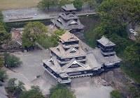 度重なる地震で屋根瓦がさらに落ちた熊本城=熊本市で2016年4月16日午前10時2分、本社機「希望」から梅村直承撮影