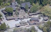 建物が崩れた阿蘇神社=熊本県阿蘇市で2016年4月16日午前9時41分、本社機「希望」から梅村直承撮影