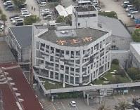 被災した宇土市役所=熊本県宇土市で2016年4月16日午前9時59分、本社機「希望」から梅村直承撮影
