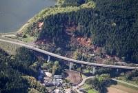 農業用ダムの周辺で起きた土砂崩れ=熊本県宇西原村で2016年4月16日午前9時1分、本社機「希望」から梅村直承撮影