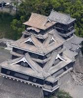 度重なる地震で屋根瓦がさらに落ちた熊本城=熊本市で2016年4月16日午前10時3分、本社機「希望」から梅村直承撮影