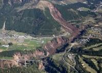地震で起きた大規模な土砂崩れ=熊本県南阿蘇村で2016年4月16日午前8時52分、本社機「希望」から梅村直承撮影