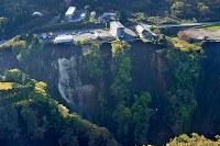 大規模に崩落した土砂崩れ現場=熊本県南阿蘇村で2016年4月16日午前7時27分、本社ヘリから矢頭智剛撮影