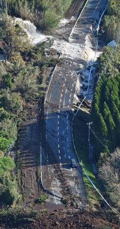 大規模な土砂崩れで寸断した国道57号線。手前には土砂で押しだされた豊肥線の線路が見える=熊本県南阿蘇村で2016年4月16日午前7時36分、本社ヘリから矢頭智剛撮影