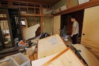 「どこから手をつかたらいいのか」と散乱した家の様子にぼうぜんとする男性=熊本県益城町で2016年4月15日午後3時40分、三村政司撮影