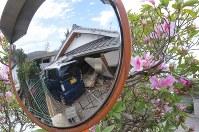 カーブミラーに映り込んだ倒壊家屋=熊本県益城町で2016年4月16日午後2時4分、宮武祐希撮影