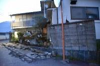 地震で倒れたブロック塀=大分県由布市湯布院町で2016年4月16日午前5時19分、安部志帆子撮影