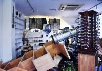 由布院駅前のメガネ屋さんの店内=由布市湯布院町で2016年4月16日午前5時33分、安部志帆子撮影