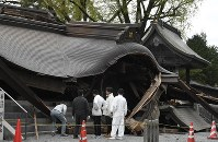 The heavily quake-damaged gate to the Aso Shrine in Aso, Kumamoto Prefecture, is seen on April 16, 2016. (Mainichi)