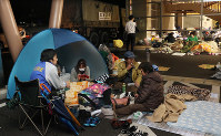 Quake disaster evacuees spend the night in a tent under a shelter at the Mashiki town health and welfare center, in Mashiki, Kumamoto Prefecture, on April 16, 2016. (Mainichi)
