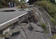 A collapsed road is seen in Minamiaso, Kumamoto Prefecture, on April 16, 2016. (Mainichi)