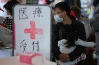 避難所で診察の順番を待つ親子=熊本県益城町で2016年4月16日午後4時19分、宮武祐希撮影