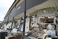 地震で倒壊した学生寮=熊本県南阿蘇村黒川地区で2016年4月16日午後1時9分、丸山博撮影