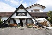 地震で倒壊した建物=熊本県南阿蘇村黒川地区で2016年4月16日午後1時18分、丸山博撮影