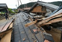 地震で全壊した家屋=熊本県西原村で2016年4月16日午後4時10分、久保玲撮影