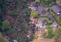 土砂崩れで被害を受けたペンションで続く捜索活動=熊本県南阿蘇村で2016年4月16日午後5時36分、本社機「希望」から梅村直承撮影