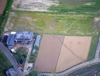 田畑の中に現れた断層とみられる亀裂=熊本県益城町で2016年4月16日午後4時29分、本社機「希望」から梅村直承撮影