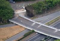 崩落した九州自動車道に架けられた橋=熊本県甲佐町で2016年4月16日午後4時39分、本社機「希望」から梅村直承撮影