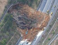 大分自動車道を覆う土砂崩れ=大分県由布市で2016年4月16日午後5時、本社機「希望」から梅村直承撮影