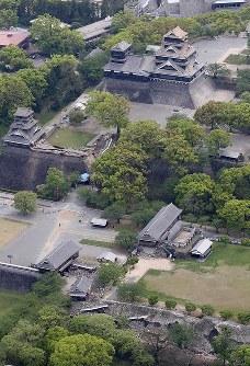 さらにかわらが落ちるなどの被害が出た熊本城とその周辺=熊本市中央区で2016年4月16日午前10時3分、本社機「希望」から梅村直承知撮影