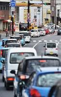 ガソリンスタンドで行列を作る車熊本市で2016年4月16日午後1時42分、須賀川理撮影