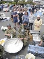 おにぎりの炊き出しを待って長蛇の列を作る被災者=熊本県益城町で2016年4月16日午後1時23分、三村政司撮影