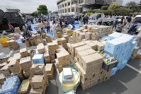 町役場に集まった支援物資=熊本県益城町で2016年4月16日午後1時25分、三村政司撮影