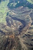 大規模な崩落が起こっていた烏帽子岳(手前)とその周辺=熊本県南阿蘇村で2016年4月16日午後4時20分、本社機「希望」から梅村直承撮影