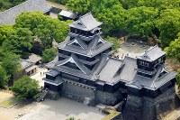 <地震前>堂々と立つ熊本城天守閣=熊本市で2011年5月30日、本社ヘリから矢頭智剛撮影