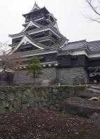 <地震前>石垣にうっすら雪が積もる熊本城=熊本市中央区の熊本城で2016年1月19日午前8時45分、井川加菜美撮影