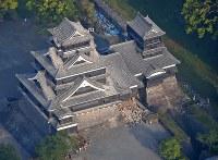 地震で石垣や屋根が壊れた熊本城=熊本市で2016年4月15日午前6時50分、本社ヘリから矢頭智剛撮影