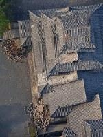 地震で石垣や屋根が壊れた熊本城=熊本市で2016年4月15日午前6時51分、本社ヘリから矢頭智剛撮影
